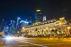 SINGAPORE - OKTOBER 12, 2015: härliga skyskrapor i skymning Arkivfoto