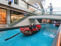 SINGAPORE - 12 Oktober 2018: Kanaal en boot in Shoppes in Marina Bay Sands Shopping Center in Singapore stock foto's