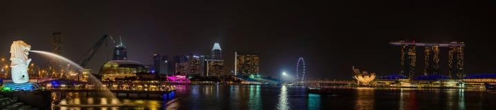 SINGAPORE - OKTOBER 18, 2014: Panorama av Merlionen parkerar det Marina Bay Sands hotellet på Oktober 18, 2014 i Singapore Merlio Royaltyfria Bilder