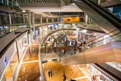 SINGAPORE - OKTOBER, 27 2014: Shoppinggalleria på Marina Bay Sands Reso Royaltyfri Fotografi