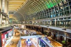 SINGAPORE - OKTOBER, 27 2014: Shoppinggalleria på Marina Bay Sands Reso Fotografering för Bildbyråer