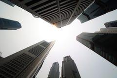 Singapore - Oktober 16th av 2015: Några av de 49 skyskraporna över 140 M högt, som grundar i staden, var i dess finansiella områd Arkivfoton