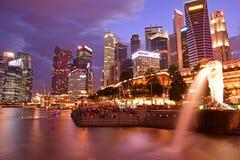 Singapore parkerar det finansiella området från Merlion Arkivbild