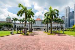 Singapore parlament som framme bygger av Singapore stadscentrum i bakgrund royaltyfri fotografi