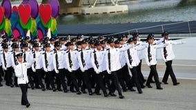 Singapore polisstyrkavakt-av-heder ståtar den eventuella marschen förbi under nationell dag repetitionen (NDP) 2013 Arkivfoton