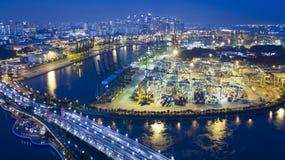 Singapore port med Singapore stadsbakgrund Arkivfoton