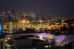 Singapore port på natten Arkivbild