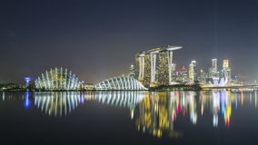 Singapore reflexion på natten Royaltyfria Bilder