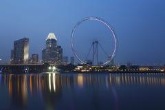 Singapore reklamblad på natten Arkivfoto