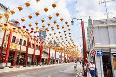 19 03 2019 Singapore: Rijen van Chinese rode lantaarns tegen blauwe hemel stock afbeeldingen