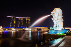 SINGAPORE-SEP 04 :Merlion喷泉和小游艇船坞海湾沙子 免版税库存照片