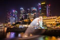 SINGAPORE-SEP 04 :Merlion喷泉和街市9月 04日2014年 免版税图库摄影