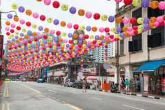 De verfraaide straat van de Chinatown in Singapore Royalty-vrije Stock Afbeeldingen