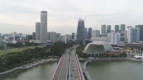 Singapore - 25 September 2018: Antenne voor Singapore met vele auto's op de brug boven de meer en stadsgebouwen royalty-vrije stock fotografie