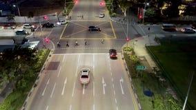 Singapore - 25 September 2018: Bästa sikt av gatan med genomskärningsvägen och folk som korsar gatan på natten skjutit royaltyfria foton