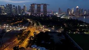 Singapore - 25 September 2018: De horizon en de rivier van Singapore bij nacht met het beroemde zand, het Reuzenrad en andere van stock footage