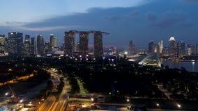 Singapore - 25 September 2018: De horizon en de rivier van Singapore bij nacht met het beroemde zand, het Reuzenrad en andere van royalty-vrije stock foto's