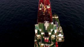 Singapore - 25 September 2018: Satellietbeeld van groot rood container of vrachtschip op blauwe overzees en hemel backgroung scho stock footage