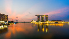 "Singapore Singapore †""April 2016: Flyg- sikt av Singapore stadshorisont i soluppgång eller solnedgången på Marina Bay, Singapor Royaltyfria Foton"