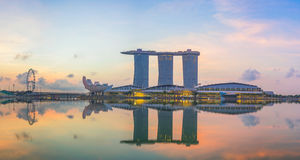 "Singapore Singapore †""April 2016: Flyg- sikt av Singapore stadshorisont i soluppgång eller solnedgången på Marina Bay, Singapor Royaltyfri Foto"