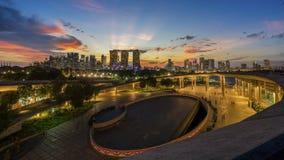 "Singapore Singapore †""Augusti 2016: Flyg- sikt av Singapore stadshorisont i soluppgång eller solnedgången på Marina Bay, Singap Royaltyfri Bild"