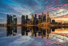 "Singapore Singapore †""Augusti 2016: Flyg- sikt av Singapore stadshorisont i soluppgång eller solnedgången på Marina Bay, Singap Royaltyfria Foton"