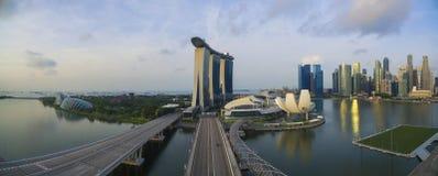 """Singapore Singapore †""""Juli 2016: Flyg- sikt av Singapore stadshorisont i soluppgång eller solnedgången på Marina Bay, Singapore Royaltyfri Foto"""