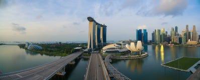 """Singapore Singapore †""""Juli 2016: Flyg- sikt av Singapore stadshorisont i soluppgång eller solnedgången på Marina Bay, Singapore Royaltyfri Fotografi"""