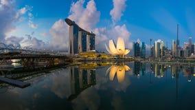 "Singapore Singapore †""Maj 7 2016: Flyg- sikt av Singapore stadshorisont i soluppgång eller solnedgången på Marina Bay, Singapor Arkivfoto"