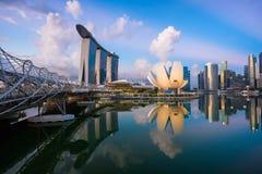 "Singapore Singapore †""Maj 7 2016: Flyg- sikt av Singapore stadshorisont i soluppgång eller solnedgången på Marina Bay, Singapor Royaltyfri Foto"