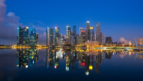 "Singapore Singapore †""Maj 7 2016: Flyg- sikt av Singapore stadshorisont i soluppgång eller solnedgången på Marina Bay, Singapor Arkivbilder"