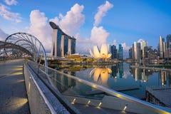 "Singapore Singapore †""Maj 7 2016: Flyg- sikt av Singapore stadshorisont i soluppgång eller solnedgången på Marina Bay, Singapor Arkivfoton"
