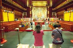 SINGAPORE/SINGAPORE - 27毁损, 2014年:祈祷对雕象的人们  免版税库存图片