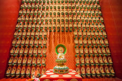 SINGAPORE/SINGAPORE - 27毁损, 2014年:红色中国寺庙,菩萨 库存图片