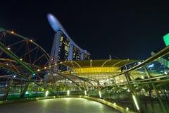SINGAPORE SINGAPORE - circa MAJ 2016: Singapore stadsljus, ArtScience museum, Marina Bay Sands och spiralbro på natten Arkivbild