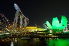SINGAPORE SINGAPORE - circa MAJ 2016: Singapore stadsljus, ArtScience museum, Marina Bay Sands och spiralbro på natten Royaltyfri Foto