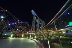SINGAPORE SINGAPORE - circa MAJ 2016: Singapore stadsljus, ArtScience museum, Marina Bay Sands och spiralbro på natten Royaltyfria Foton