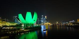 SINGAPORE SINGAPORE - circa MAJ 2016: Singapore stadsljus, ArtScience museum, Marina Bay Sands och spiralbro på natten Arkivbilder