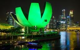 SINGAPORE SINGAPORE - circa MAJ 2016: Singapore stadsljus, ArtScience museum, Marina Bay Sands och spiralbro på natten Royaltyfria Bilder
