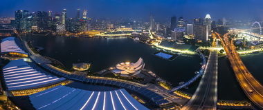 SINGAPORE SINGAPORE - CIRCA SEPTEMBER 2015: Panorama av Marina Bay och Singapore som är i stadens centrum från observatoriet Royaltyfria Foton