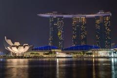 SINGAPORE SINGAPORE - CIRCA SEPTEMBER 2015: Singapore stadsljus, ArtScience museum och Marina Bay Sands på natten, Singapore Fotografering för Bildbyråer