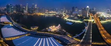 SINGAPORE, SINGAPORE - CIRCA SETTEMBRE 2015: Panorama di Marina Bay e di Singapore del centro dall'osservatorio Fotografie Stock Libere da Diritti