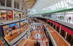 SINGAPORE SINGAPORE - CIRCA 2016: Shoppesna på Marina Bay Panorama royaltyfri bild