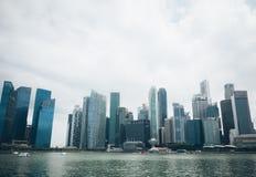SINGAPORE SINGAPORE - JULI 16 2015: Sikt av i stadens centrum Singapore Royaltyfri Fotografi