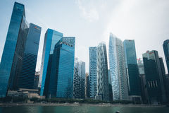 SINGAPORE SINGAPORE - JULI 16 2015: Sikt av i stadens centrum Singapore Arkivbilder