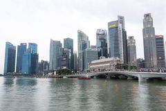 SINGAPORE SINGAPORE - JULI 17 2015: Sikt av i stadens centrum Singapore Royaltyfri Fotografi