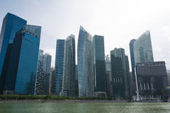 SINGAPORE SINGAPORE - JULI 16 2015: Sikt av i stadens centrum Singapore Royaltyfria Bilder