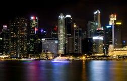 SINGAPORE SINGAPORE - JULI 19 2015: Sikt av i stadens centrum Singapore Fotografering för Bildbyråer