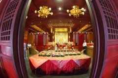 SINGAPORE/SINGAPORE - 27. MÄRZ 2014: Leute, die zur Statue von beten stockfoto