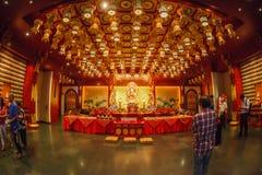 SINGAPORE/SINGAPORE - 27. MÄRZ 2014: Leute, die zur Statue von beten lizenzfreies stockbild